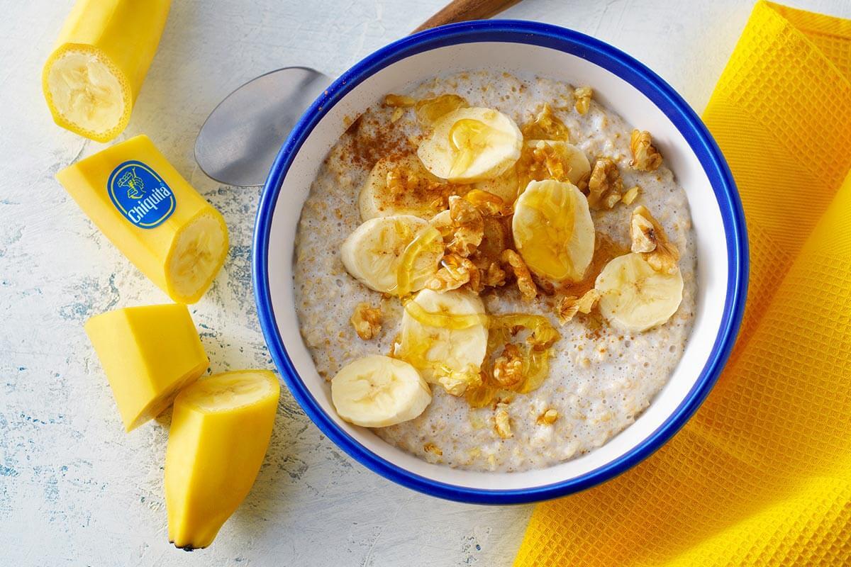 Bananen-Porridge mit Honig, Walnüssen und Zimt