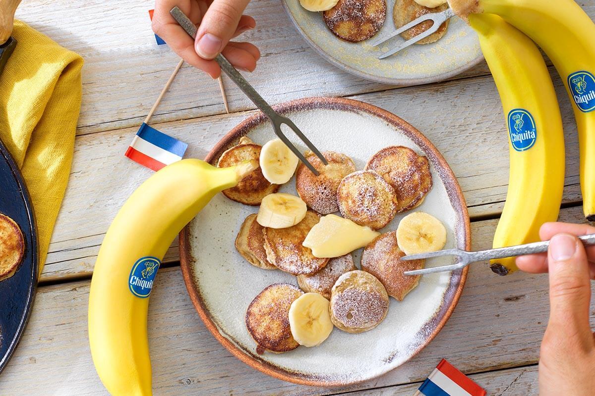 Holländische Buchweizen-Poffertjes (Mini-Pfannkuchen) mit Chiquita Bananen