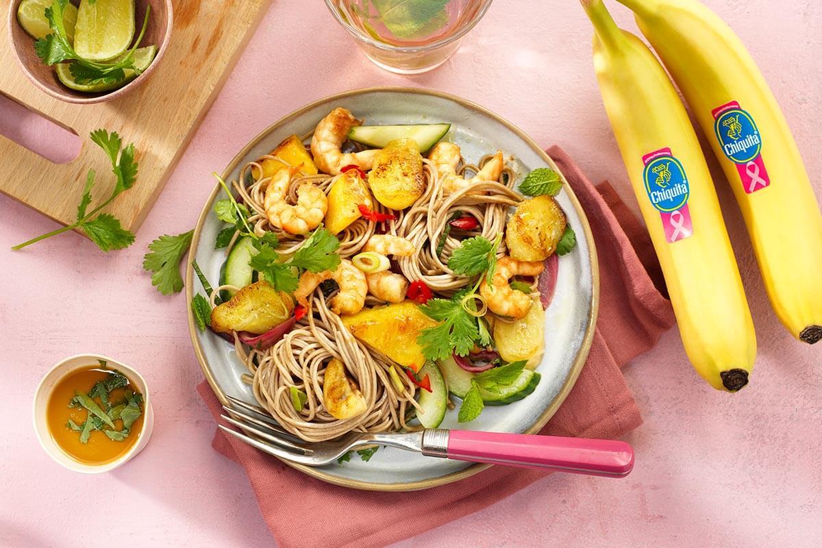 Garnelen-Pfanne mit Chiquita Banane, Ananas, roter Zwiebel, Gurke, Ingwer, Limette und Buchweizennudeln