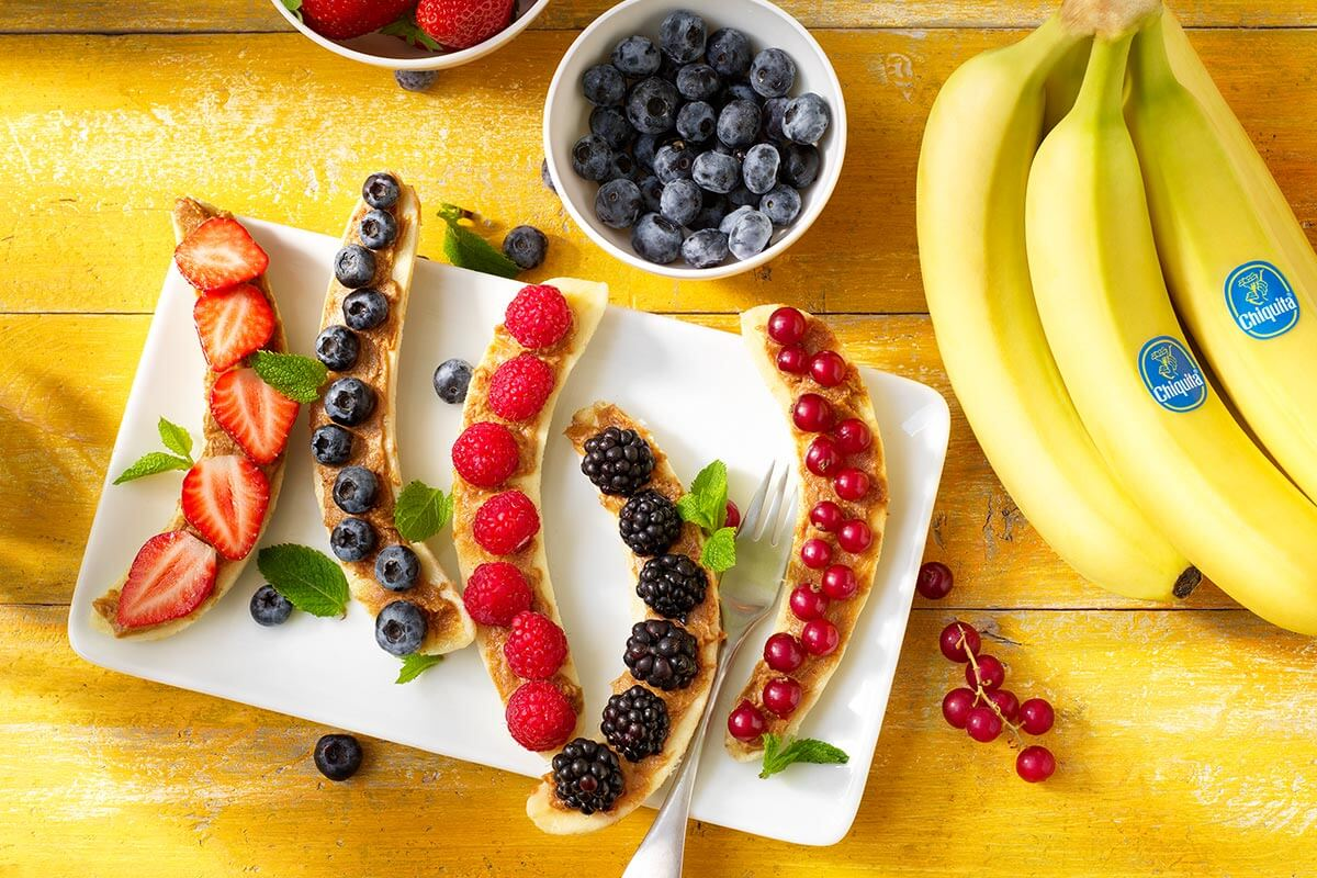 Chiquita Bananansplit-Frühstück mit roten Früchten und Erdnussbutter