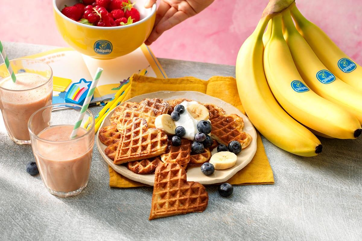 Chiquita Bananenwaffeln mit Blaubeeren und Schlagsahne