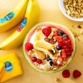 Obstsalat in Wassermelone mit Joghurt, Chiquita Bananen und roten Früchten