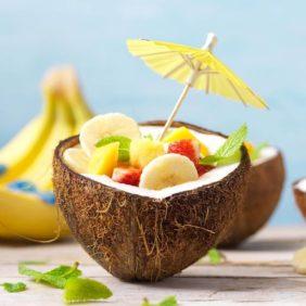 Obstsalat in Kokosnusshälften