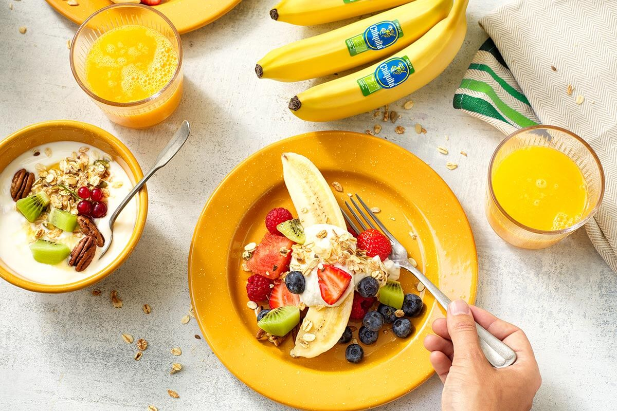 Gesunder Obstsalat mit Chiquita Banane und Knuspermüsli-Bananenjoghurt