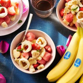 Herzförmiger Obstsalat zum Valentinstag mit Chiquita Banane und Wassermelone