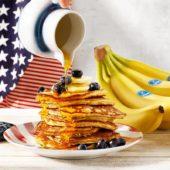 Hausgemachte Pfannkuchen mit Chiquita Bananen und Blaubeeren
