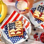 Erdnussbutter-Marmeladen-Sandwich mit Chiquita Banane und Blaubeeren
