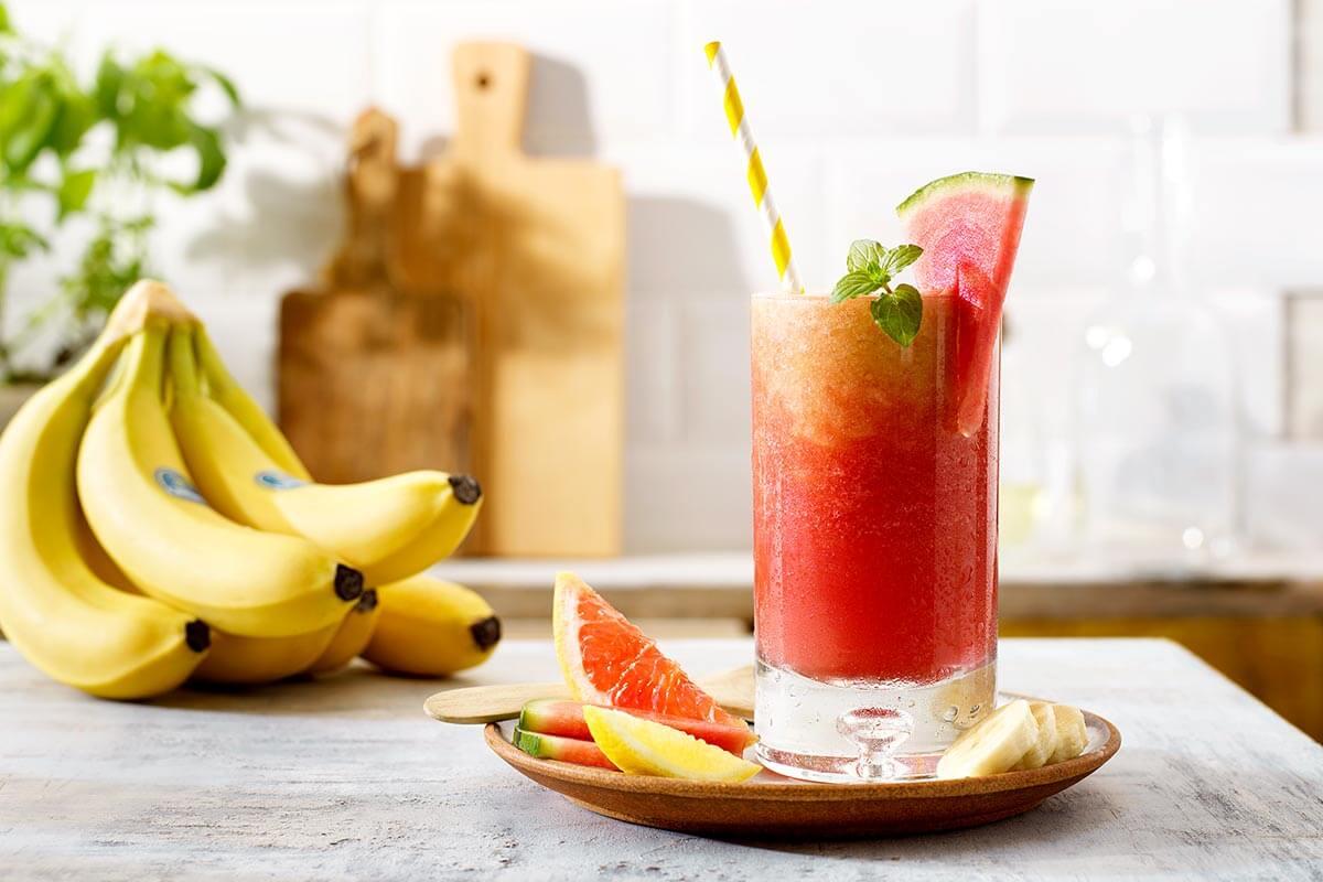 Pink Sunrise Mocktail mit Chiquita Bananen und Wassermelone