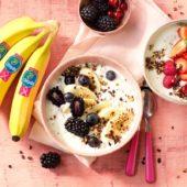 Quinoa-Frühstücks-Bowl mit Chiquita Banane, griechischem Joghurt, Apfel, rotem Obst und Kakaoraspeln