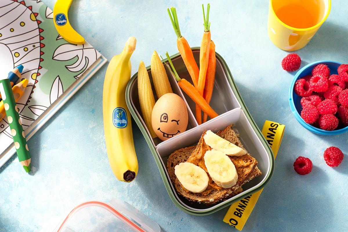 Snackbox mit Chiquita Bananen-Sandwich, Ei und frischem Gemüse