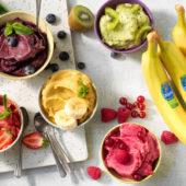 Veganes Eis mit Chiquita Banane, Matcha, Kiwi und Beeren