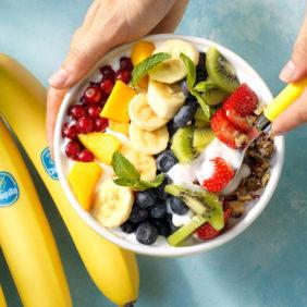 Vegane Regenbogenschale mit Chiquita Bananen und frischen Früchten