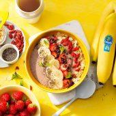 Protein-Smoothie-Bowl mit Erdbeeren und Chiquita Banane für wachen Verstand