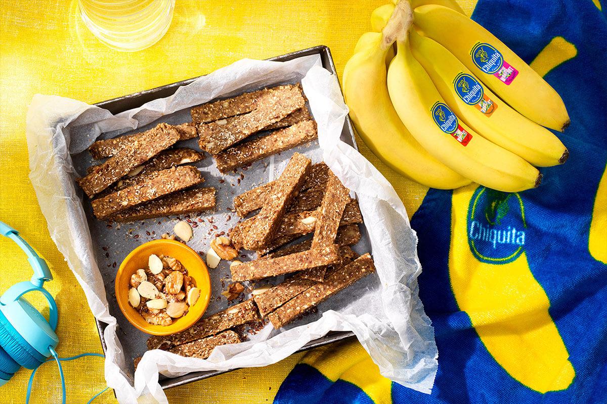 No-Bake-Proteinriegel mit Nüssen und Chiquita Banane