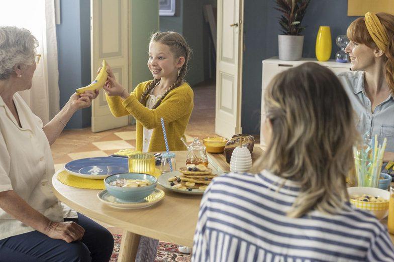 Linda teilt Chiquita Banane mit ihrer Familie