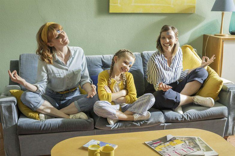 Linda spielt mit ihrer Familie mit Chiquita-Aufklebern